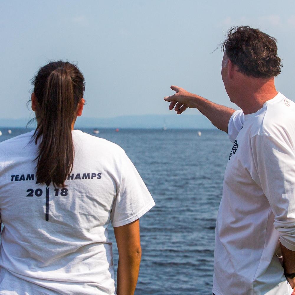 Alexann Petiquay et Paul Asmuth observent le lac Saint-Jean ensemble.