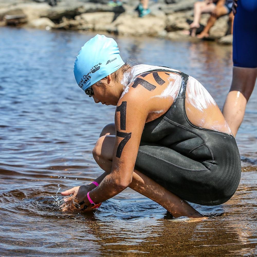 Alexann touche l'eau du lac Saint-Jean.