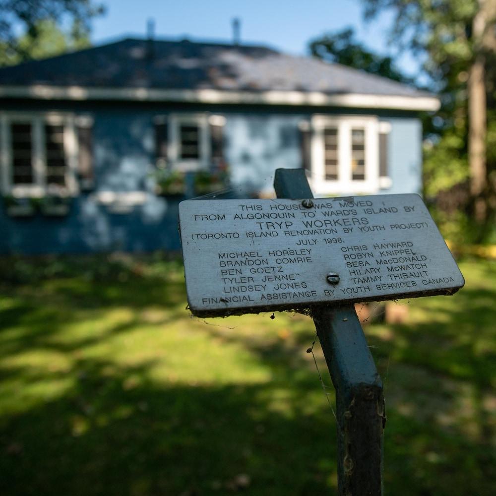 Un écriteau indique les noms des gens et des organismes qui ont participé au déménagement de la maison.