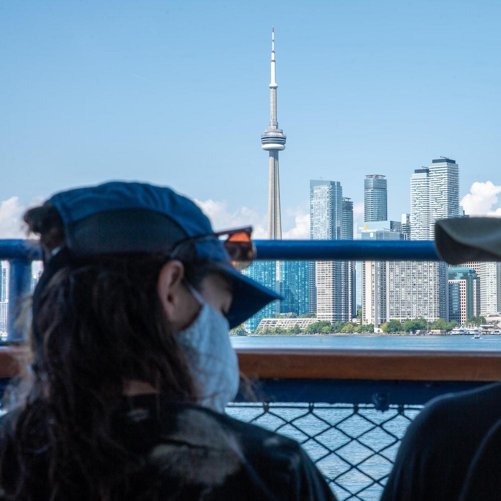 Deux personnes sur le traversier en direction des îles de Toronto