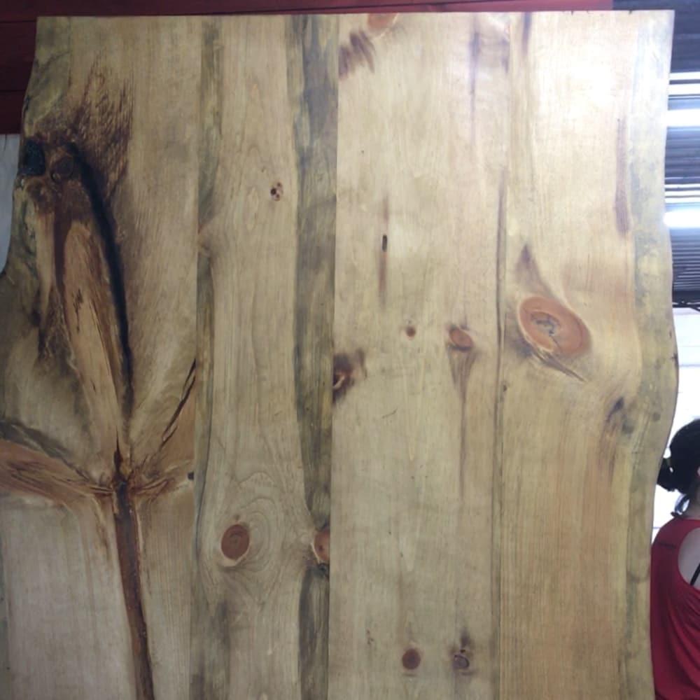 Un panneau de table accoté à la verticale contre un mur.