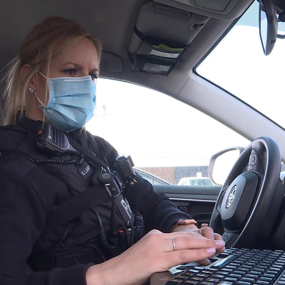 L'agente Érika Landry à bord de son auto-patrouille.