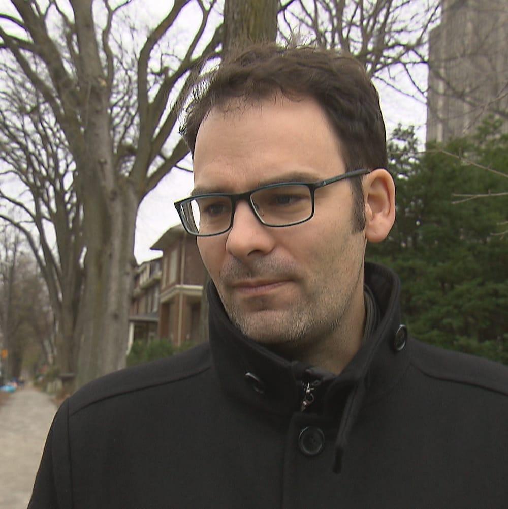 Étienne Grandmont, directeur général de l'organisme Accès transports viables, lors d'une entrevue dans un quartier résidentiel de Québec