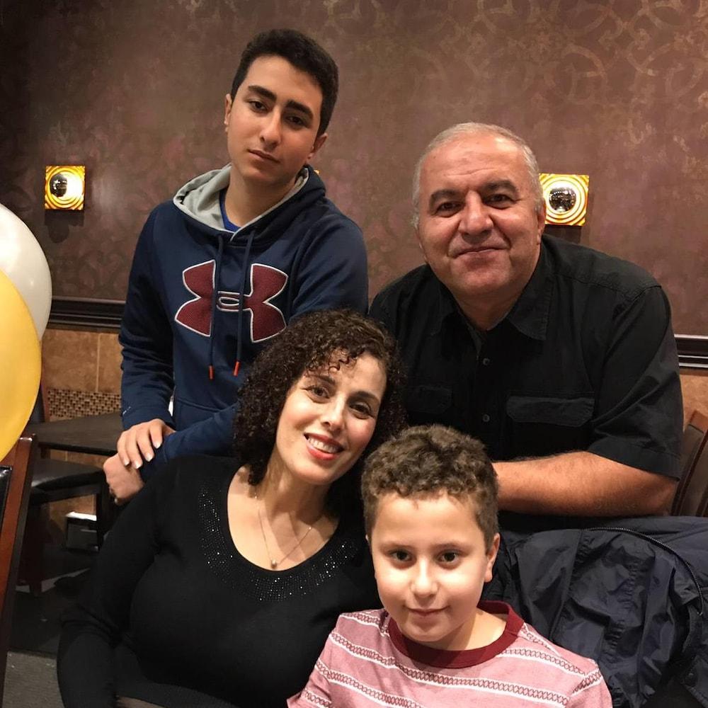 Portrait de famille où on voit un homme et une femme avec leurs deux fils.