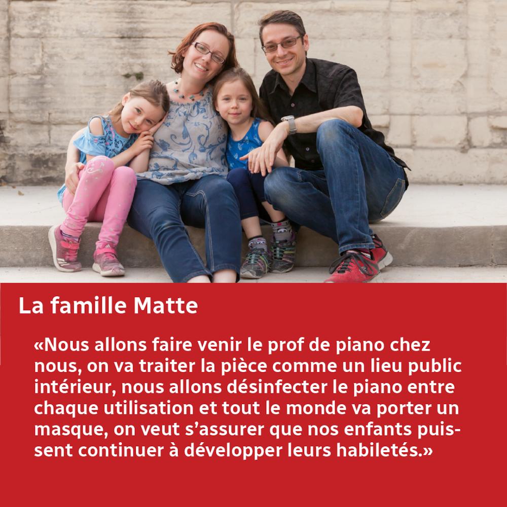 La famille Matte pose pour une photo.