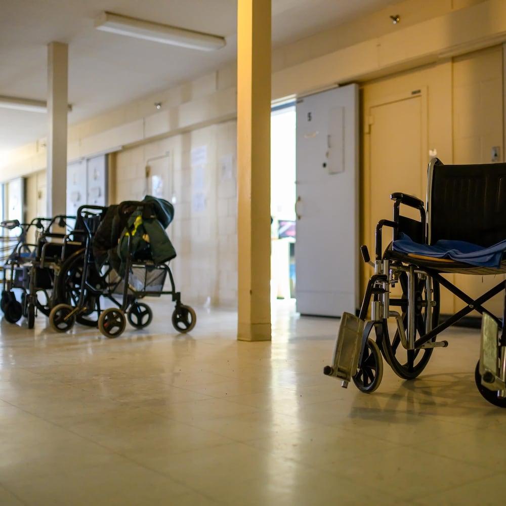 Des fauteuils roulants et des déambulateurs devant les cellules d'un établissement carcéral fédéral, à Laval.