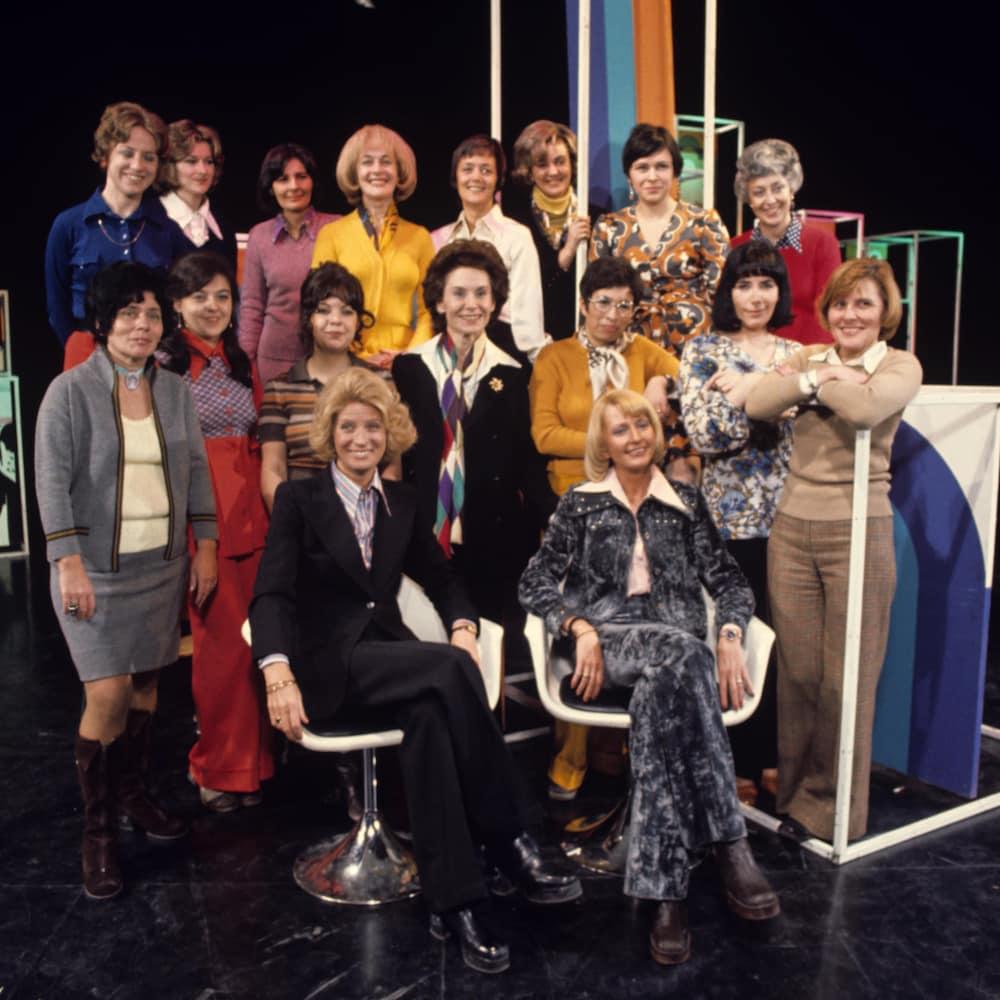 Dans un studio de télévision, l'équipe féminine de l'émission Femme d'aujourd'hui pose pour une photographie de groupe.