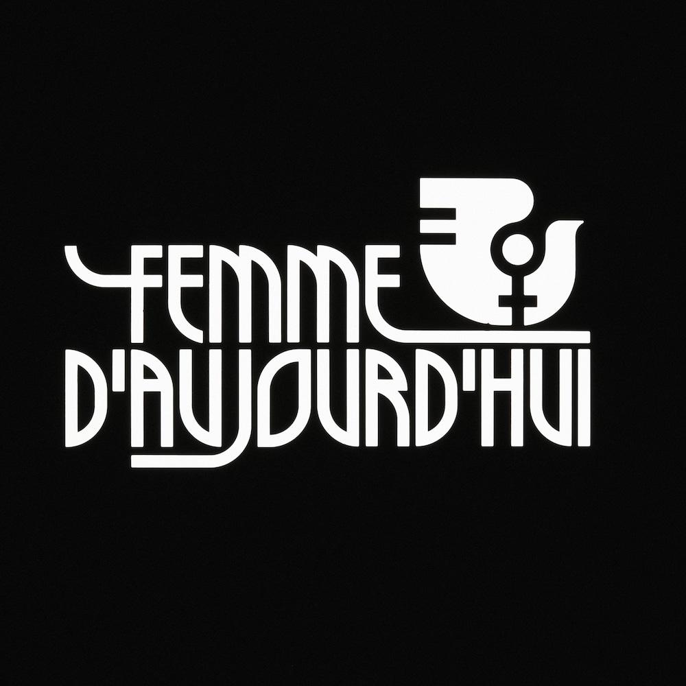 Titre Femme d'aujourd'hui avec un logo de l'Année internationale de la femme illustrant un oiseau et le signe du sexe féminin.