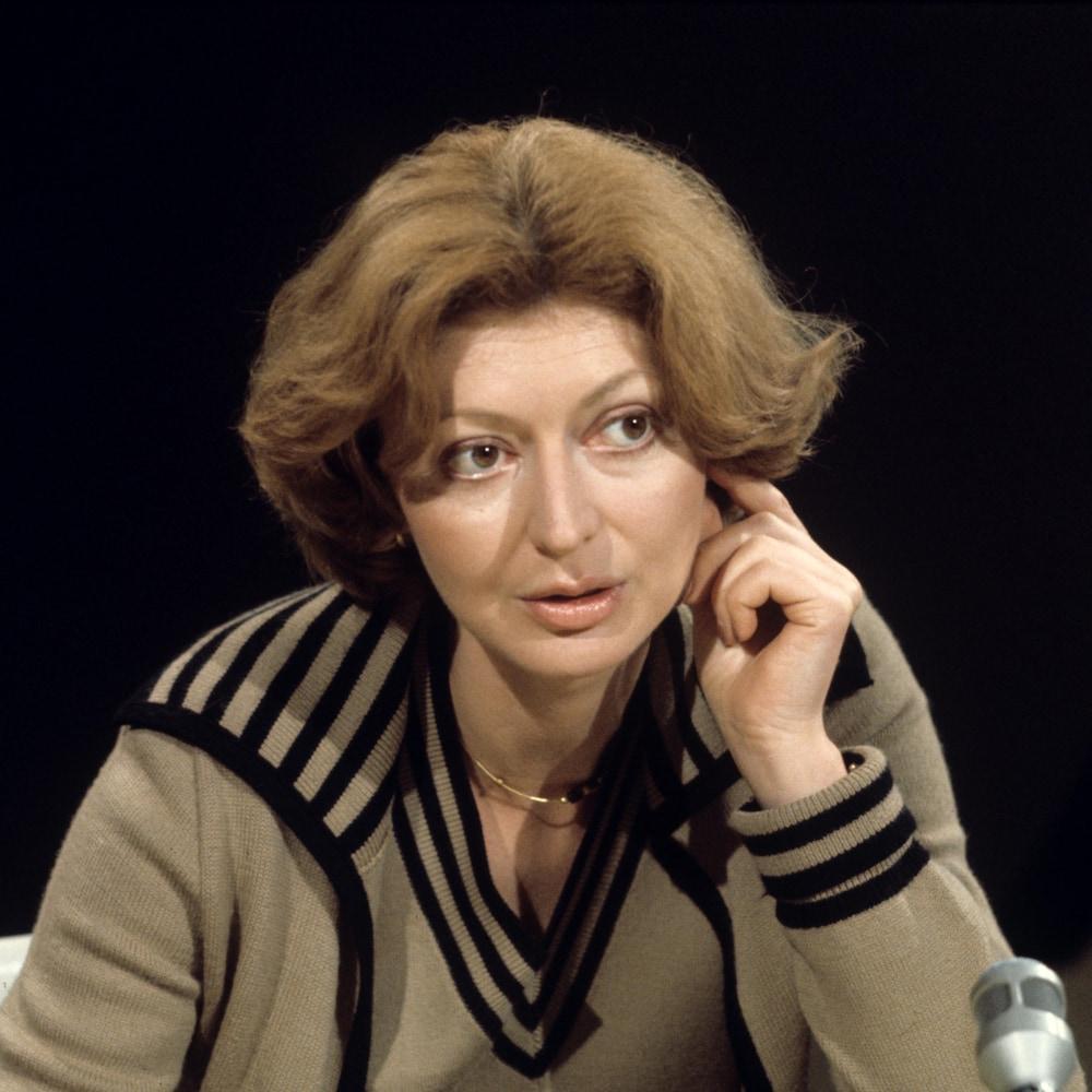 Dans un studio de télévision, l'animatrice Louise Arcand.