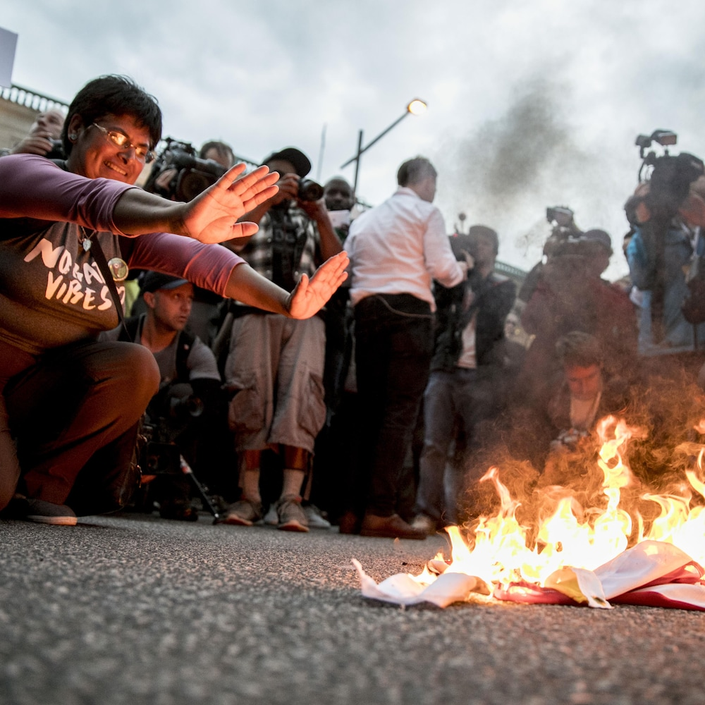 Des manifestants ont mis des drapeaux en feu.