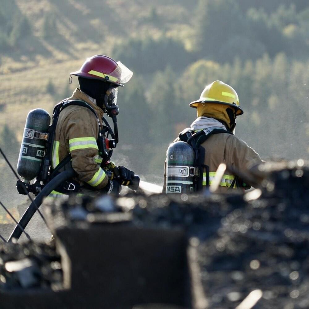 Pompiers au milieu des décombres