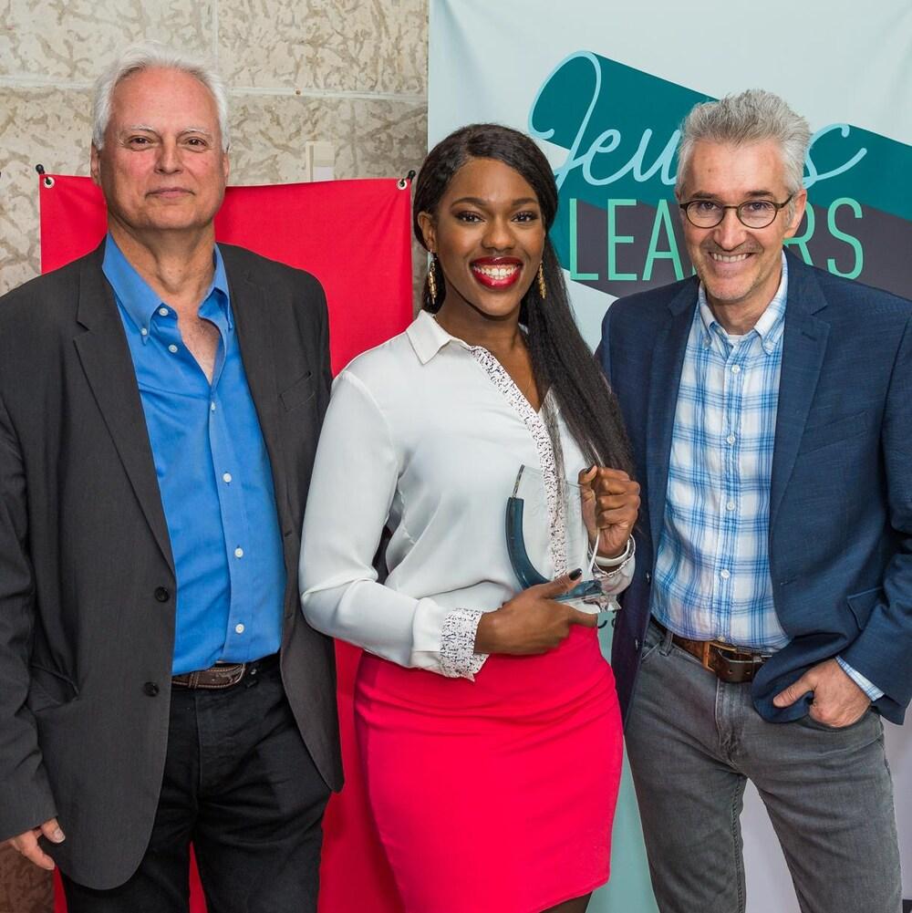 Flany Ba (centre) pose avec Pierre Guerin (gauche) directeur régional de Radio-Canada et Érik Tremblay (droite)Premier chef des contenus Radio-Canada Saskatchewan lors de la remise du Prix Jeunes Leaders d'ICI 2017.