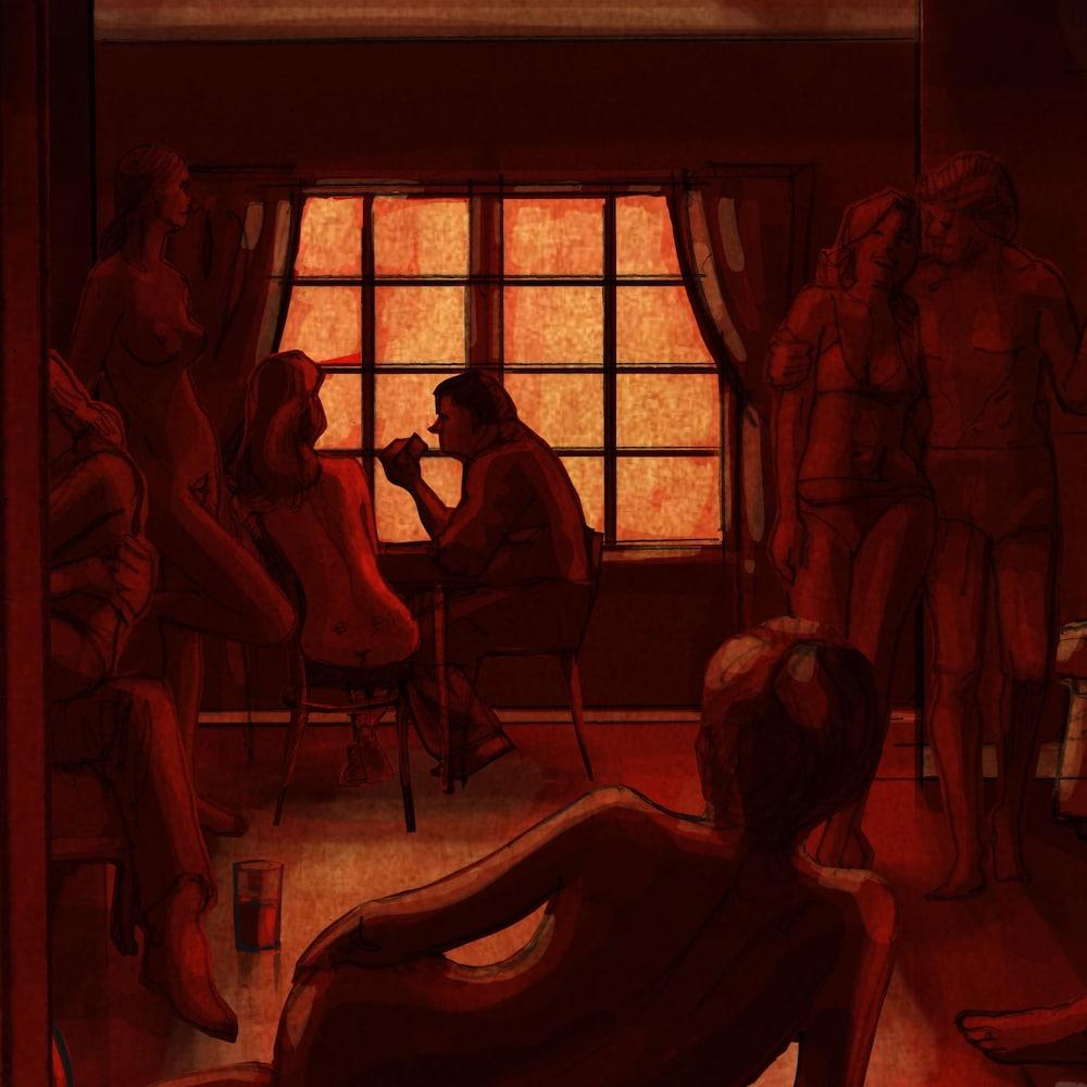 Des personnes nues se trouvent dans un appartement bondé.