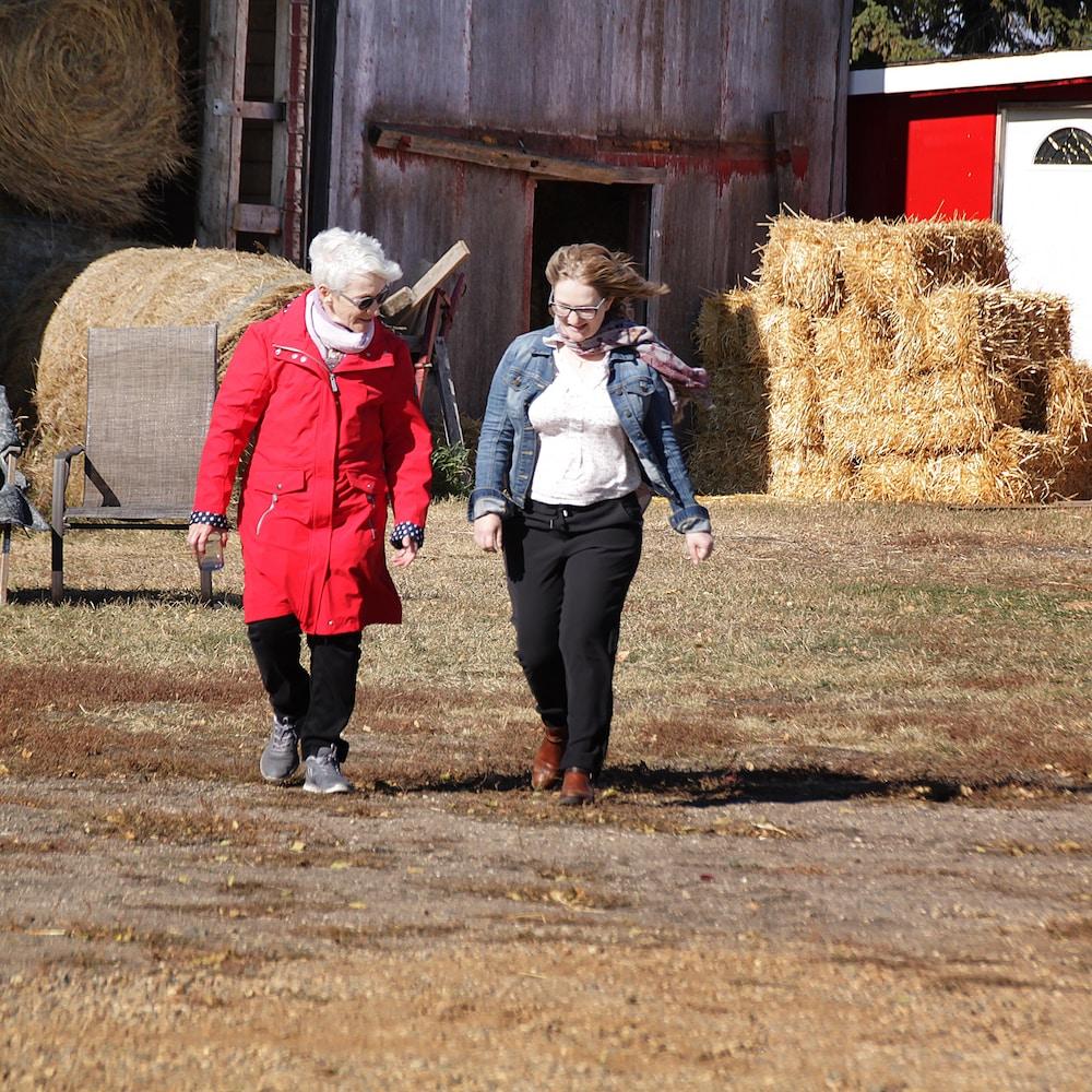 Deux femmes marchent