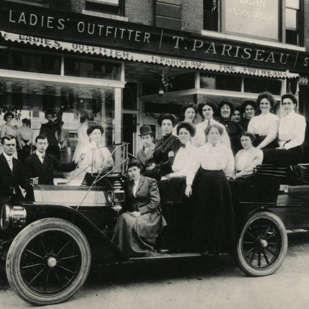 Le magasin de vêtements pour dames T. Pariseau, l'une des nombreuses entreprises franco-américaines de Manchester, en 1915. Le photographe Ulric Bourgeois a longtemps documenté la vie francophone de cette ville du New Hampshire.