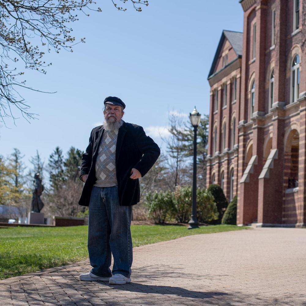 Robert Perreault, devant le Saint Anselm College, une institution où il enseigne le français conversationnel.