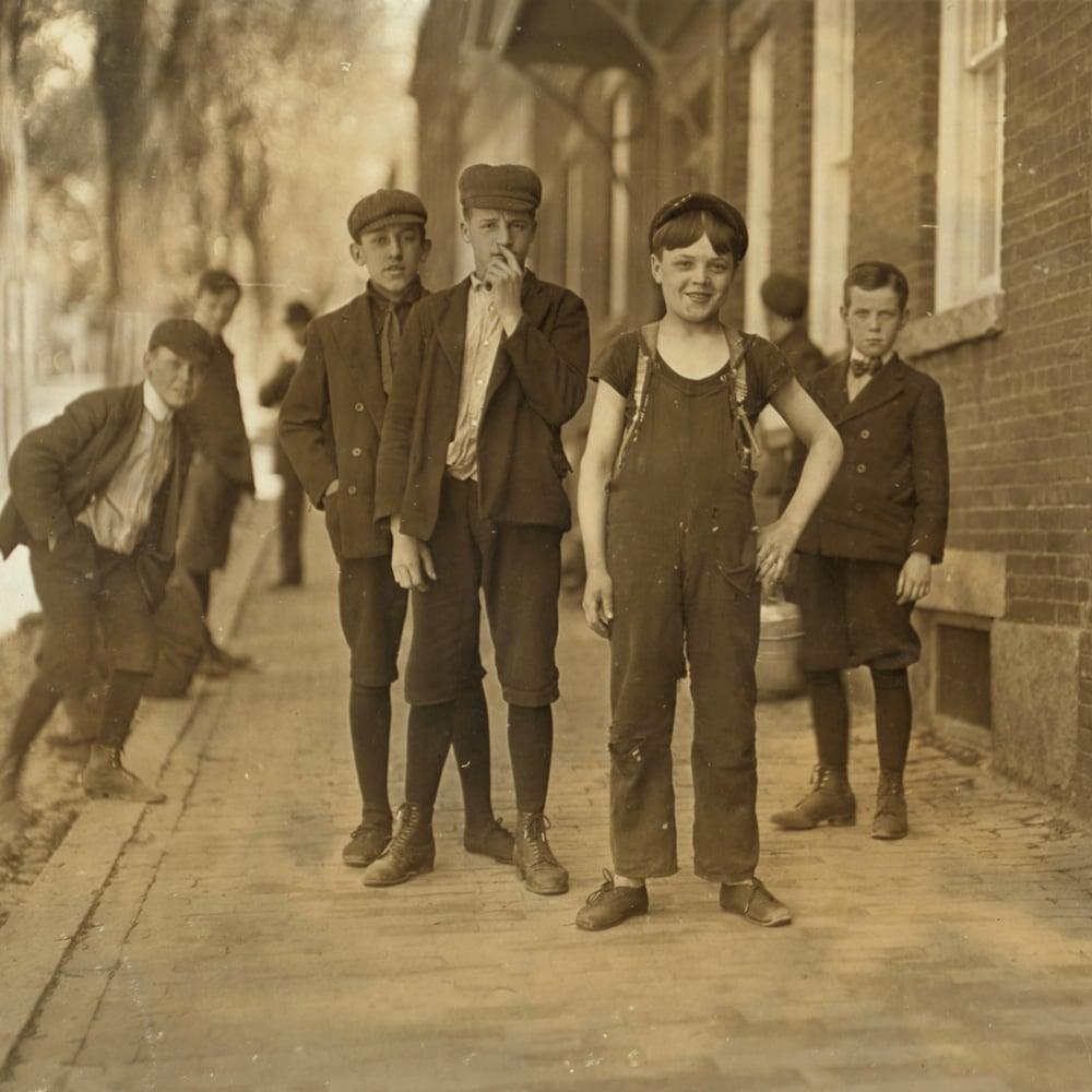 Un jeune garçon nommé Fred Normandin prend la pose à Manchester, au New Hampshire, en 1909.