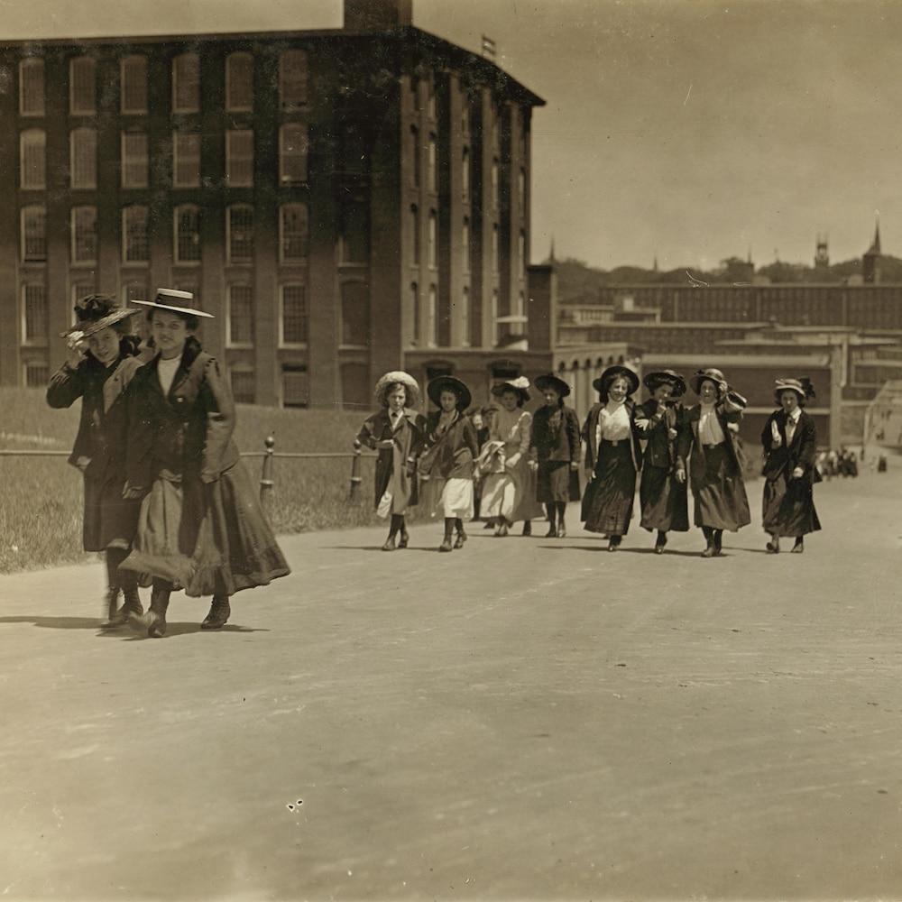 Des travailleuses de l'industrie textile en 1909, aux abords de l'usine Amoskeag de Manchester.