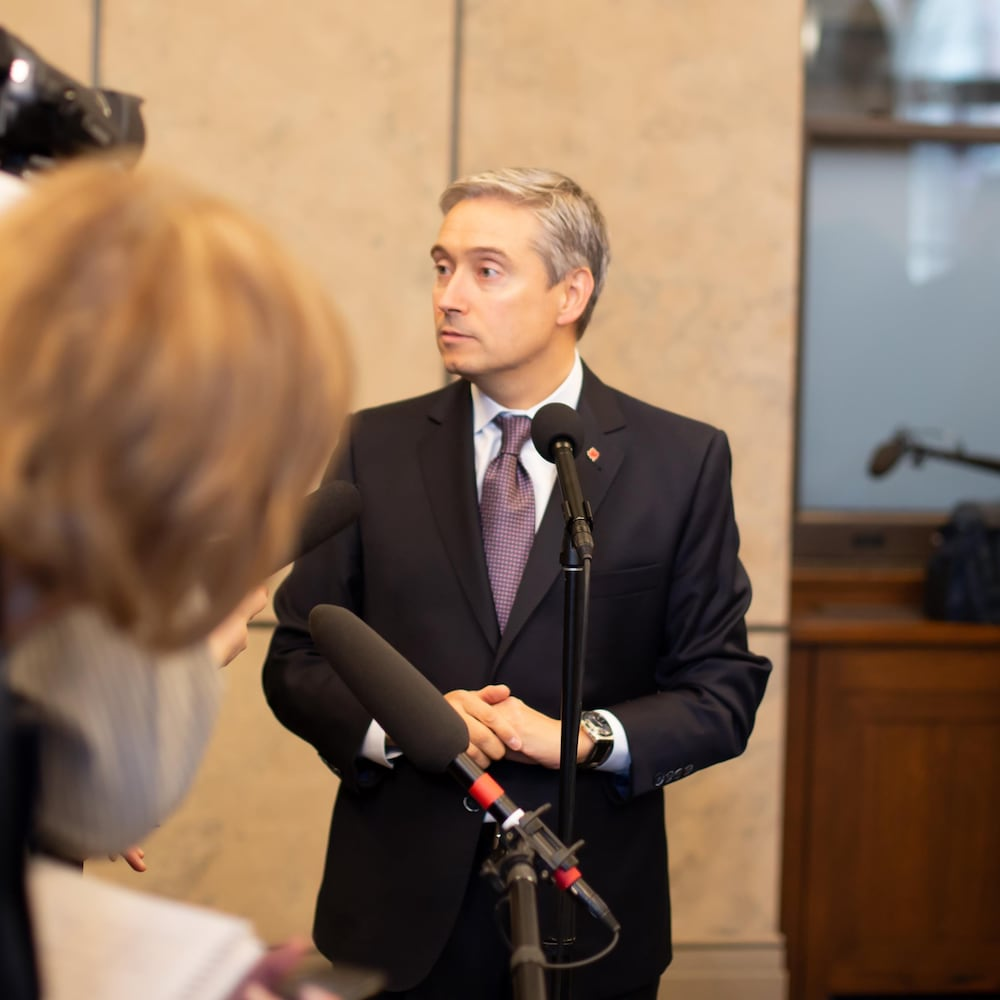 François-Philippe Champagne durant une mêlée de presse au parlement temporaire à Ottawa en février 2020.