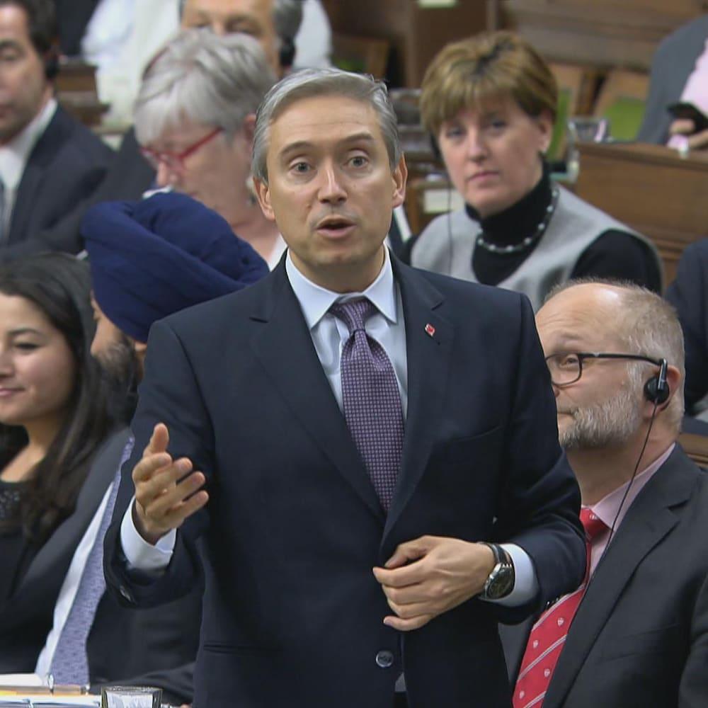 François-Philippe Champagne debout à la Chambre des communes, entouré de ses collègues, le 4 février 2020.