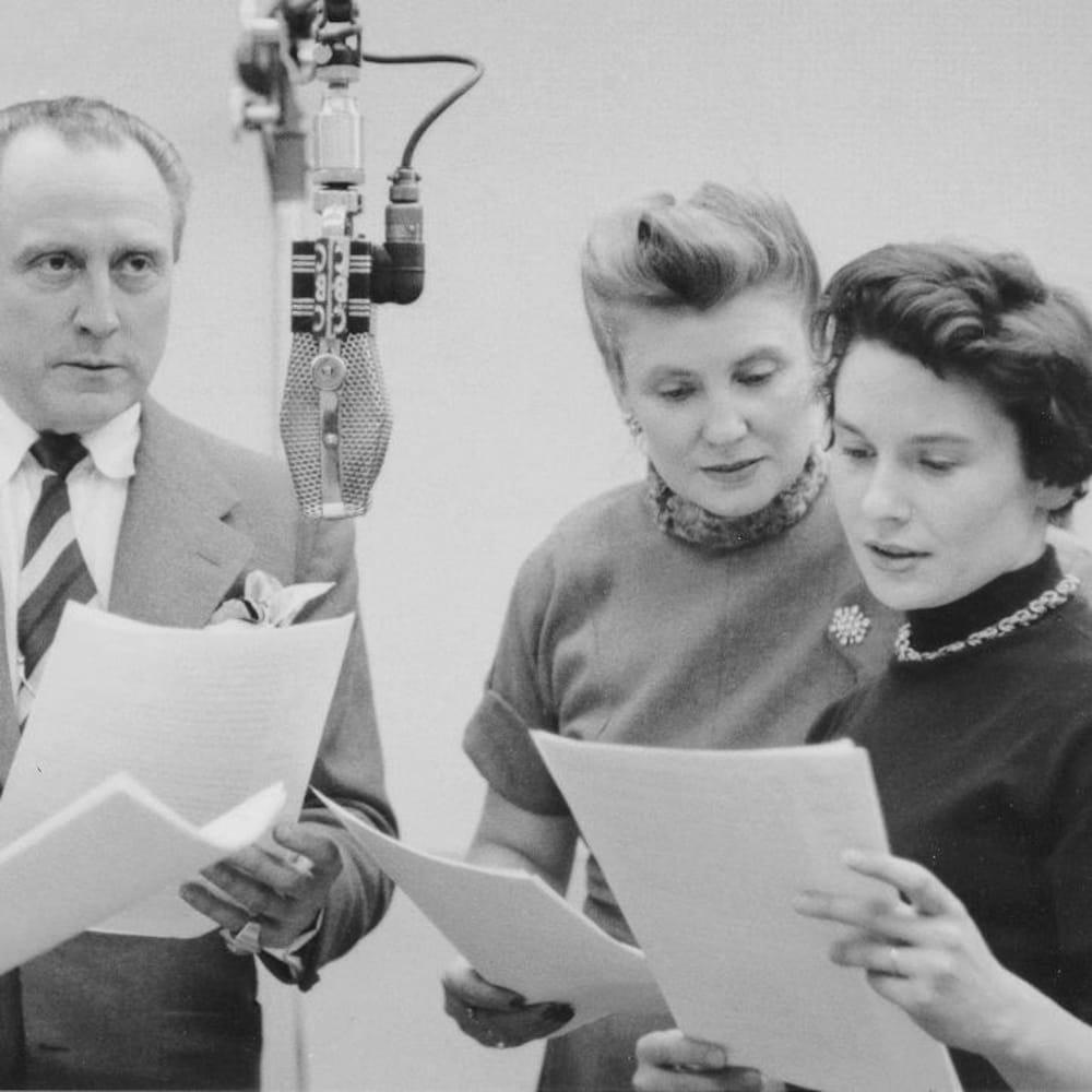 François Rozet, Sita et Françoise Faucher lisant leur texte dans un studio radio.