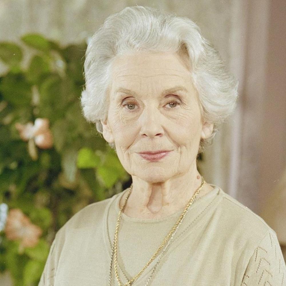 Hélène Rivard (Françoise Faucher) posant debout.