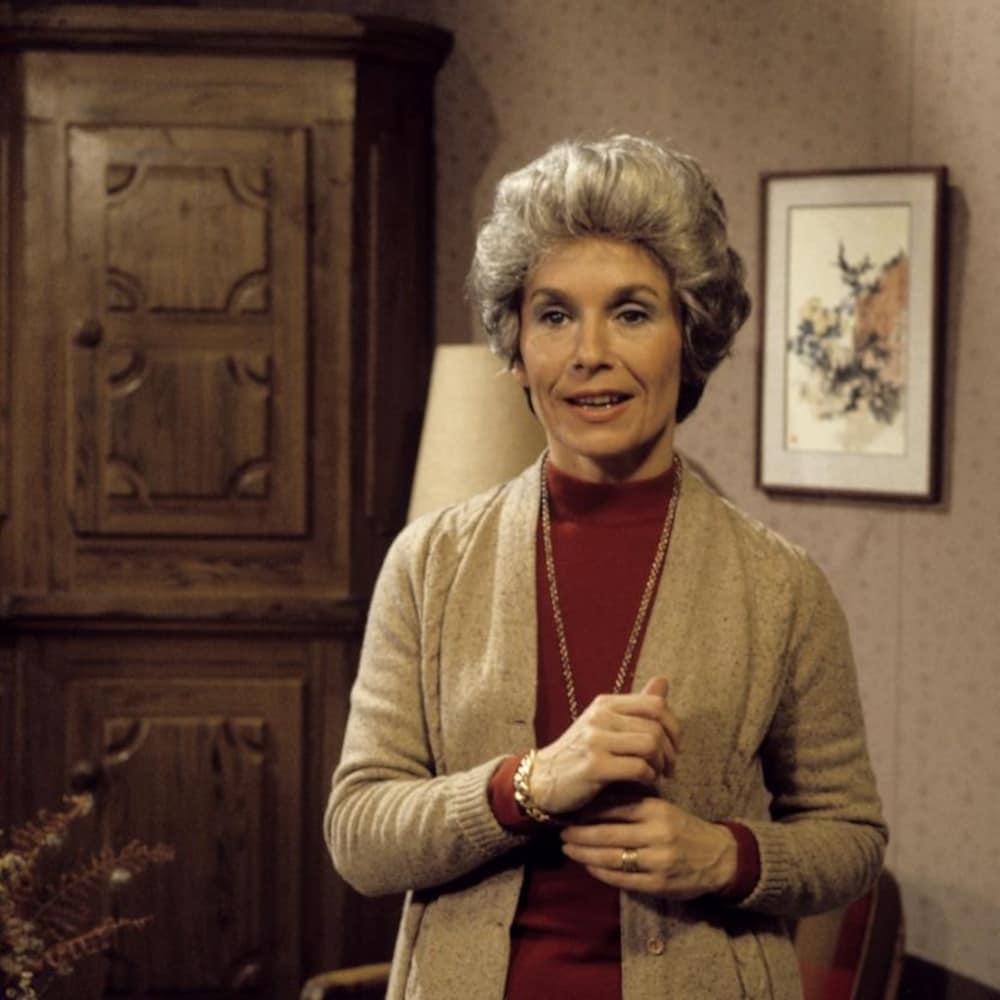 Dans un salon, Irène Blumenthal (Françoise Faucher) est debout.