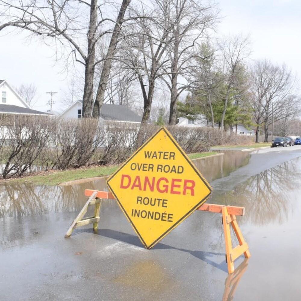 La rue est bloquée à cause de l'inondation