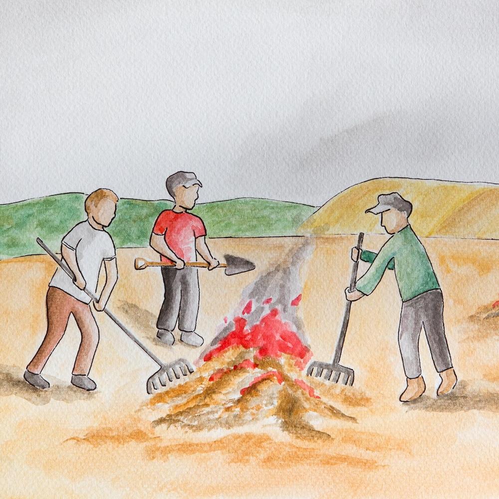 Des hommes entretiennent un feu.