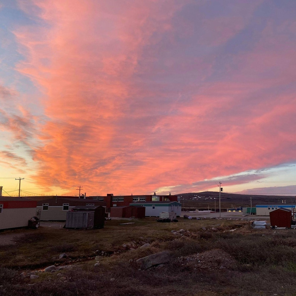 Le ciel bardé de rose à Inukjuak
