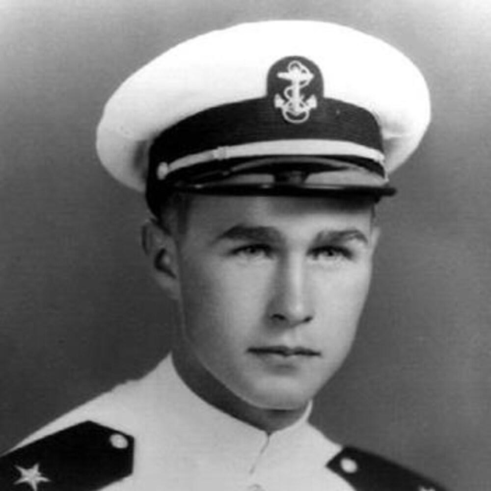 George H. W. Bush pose pour une photo officielle de la marine.