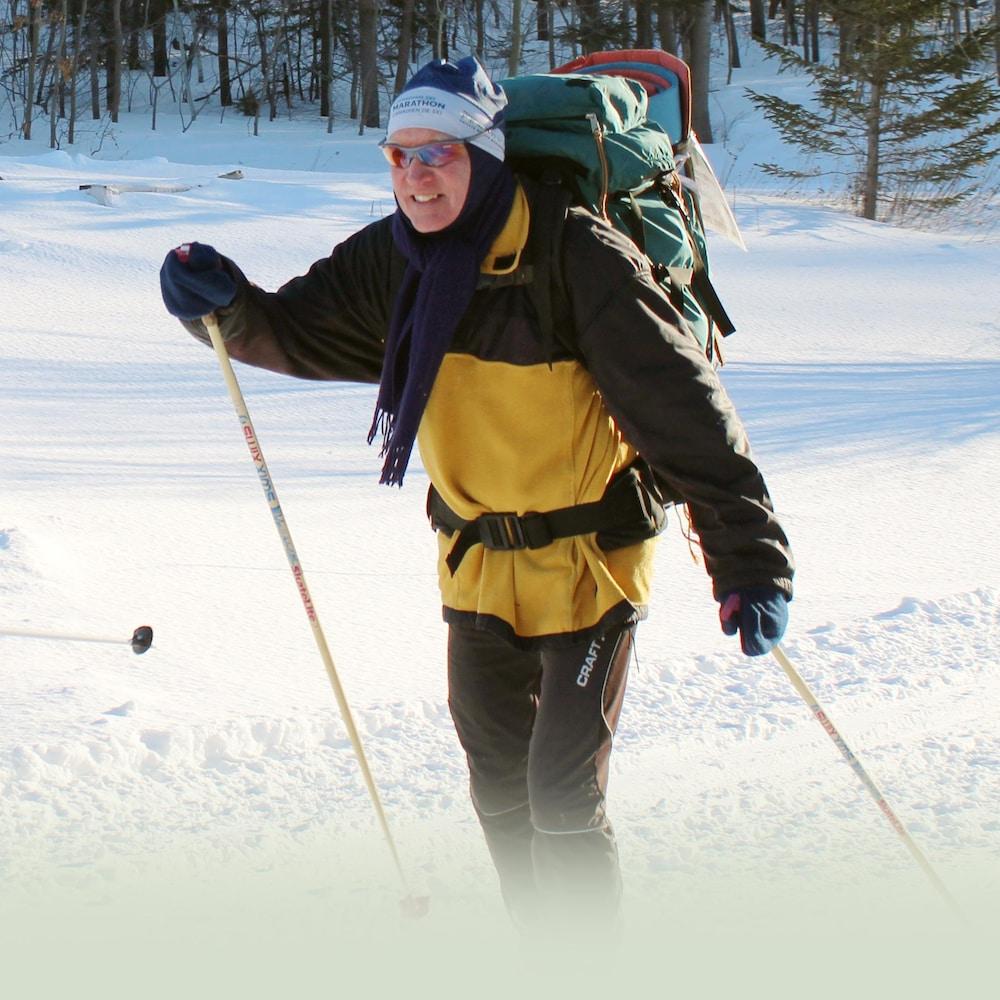 Gerry Fassett est tout sourire, alors qu'il skie.