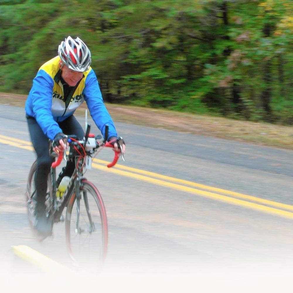 Gerry Fassett lors d'un triathlon, pendant l'épreuve de vélo.