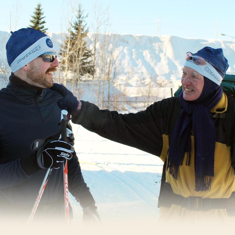 Gerry Fassett tient son fils par l'épaule. Les deux hommes se regardet, émotifs.