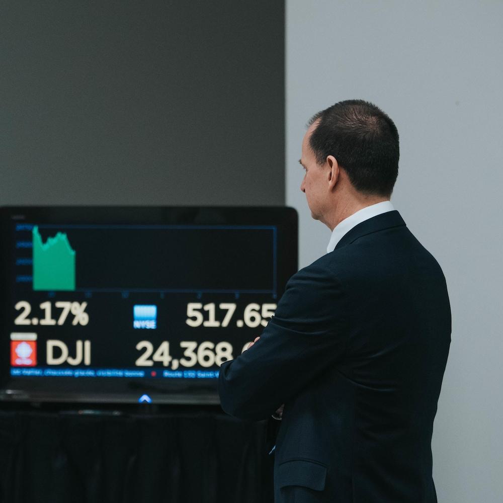 Eric Girard devant un poste de télévision.