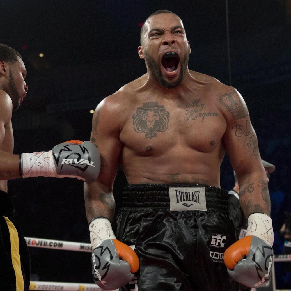 Eric Martel Bahoeli célèbre, en criant. Son adversaire le félicite en déposant son gant sur le bras du vainqueur.