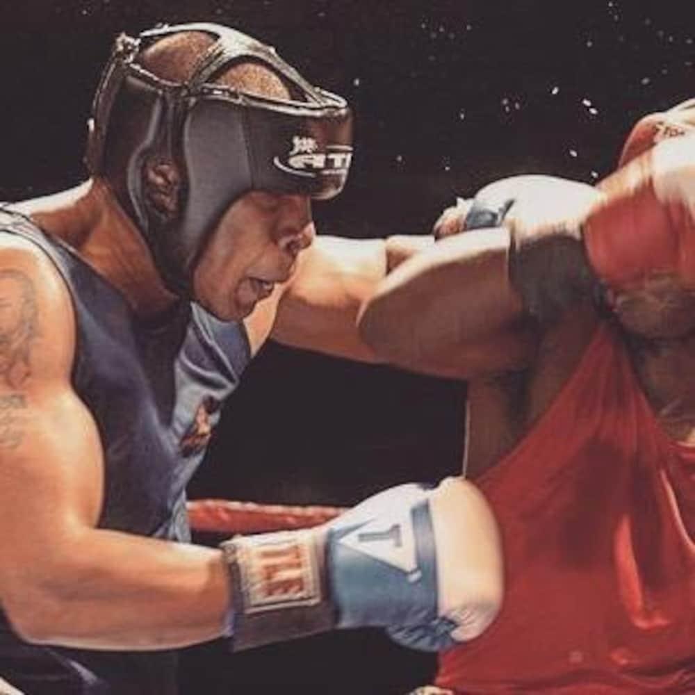 Le boxeur affronte un autre homme dans le ring.
