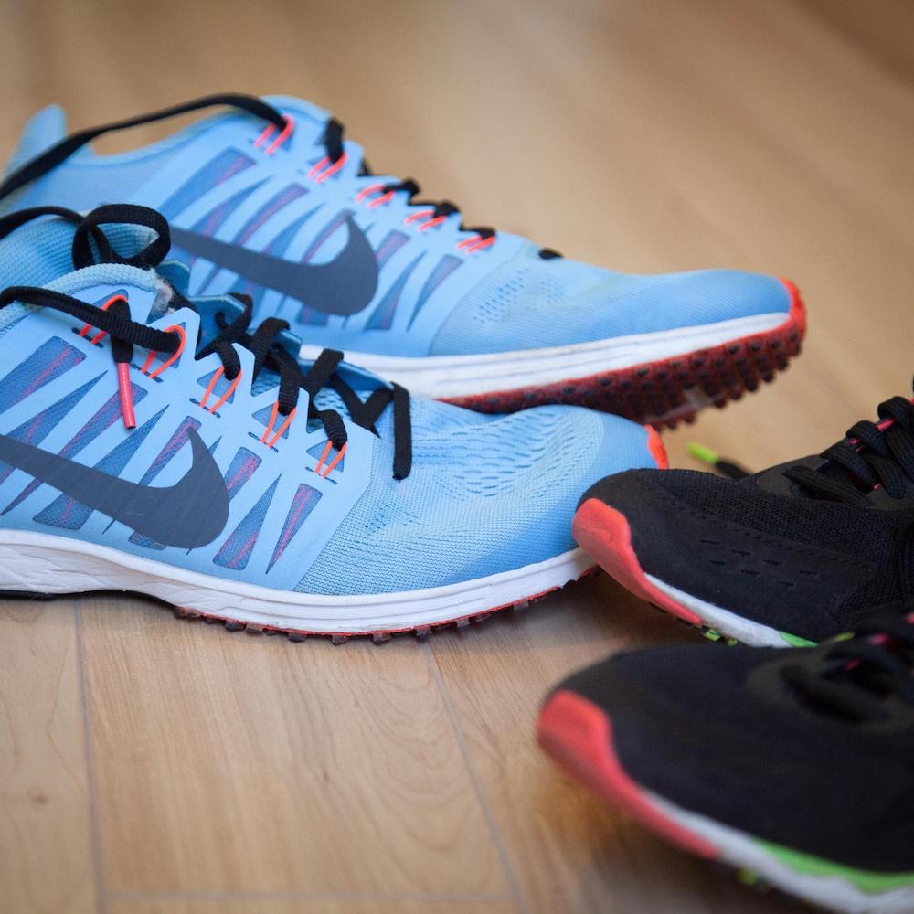 Deux récentes paires de souliers de type «racer», aux semelles peu coussinées.