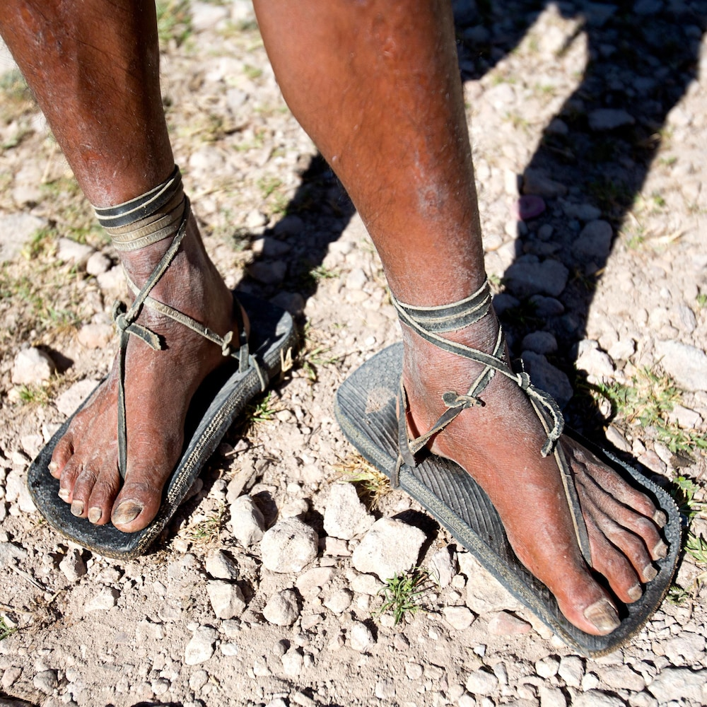 Les sandales d'un Tarahumara, faites à partir d'un pneu et de cuir.