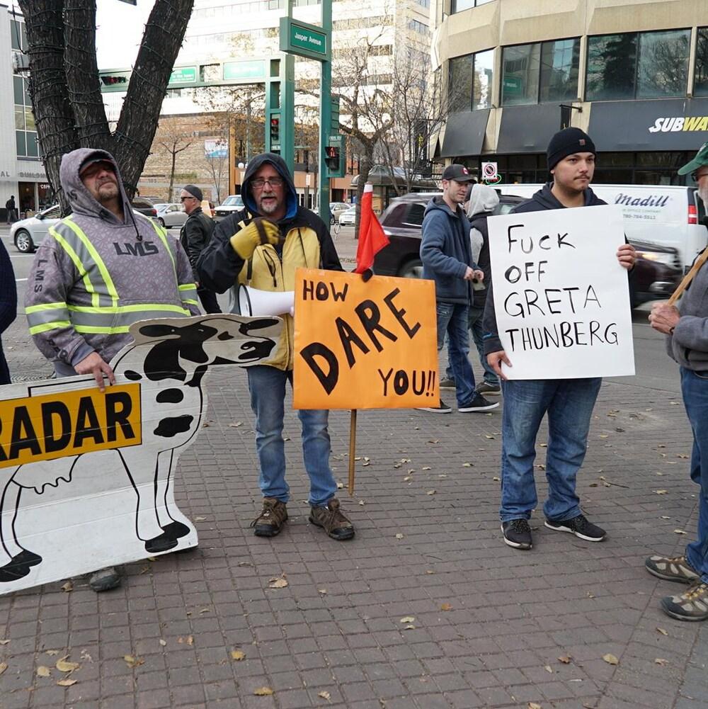 Sur les pancartes des contre-manifestants, on peut lire « comment oses-tu !! » et « vas te faire fouttre Greta Thunberg ».