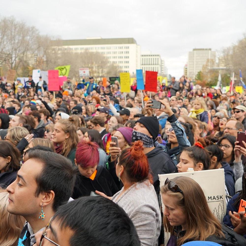 La foule devant le palais législatif albertain.