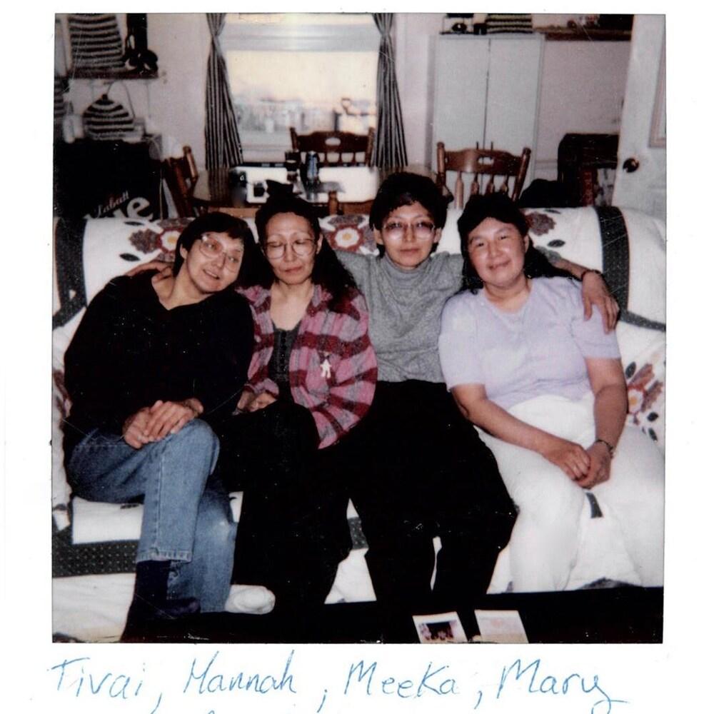Photo polaroid des quatre soeurs Kiguktak prise en avril 2000.