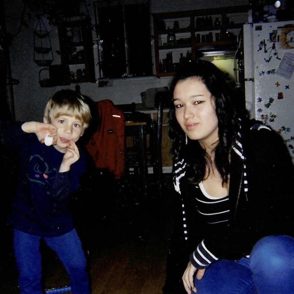 Daphné-Anne Olepika et un jeune garçon.