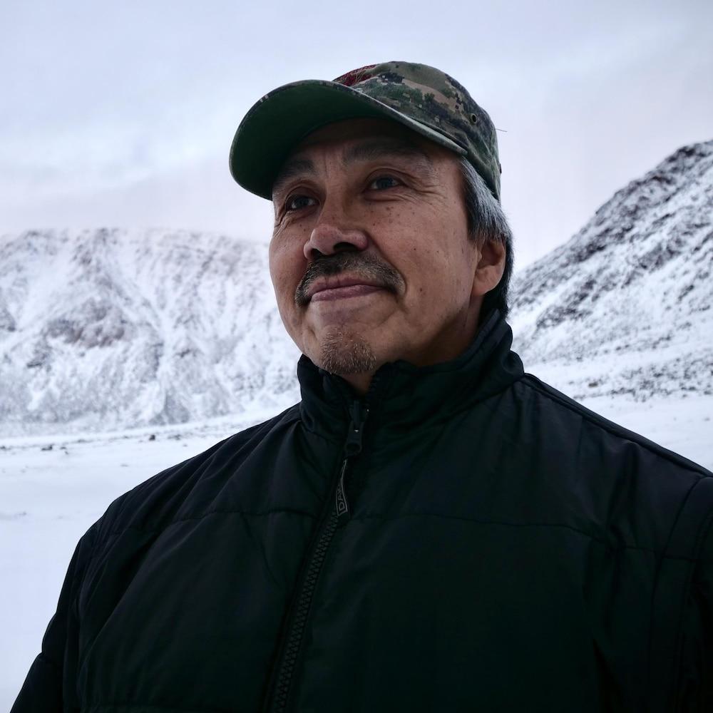 Portrait de Jimmy Qaapik près de glaciers, à Grise Fiord.