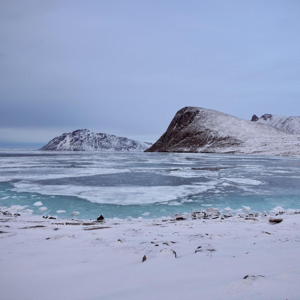 Paysage d'eau et de glaciers à Grise Fiord.