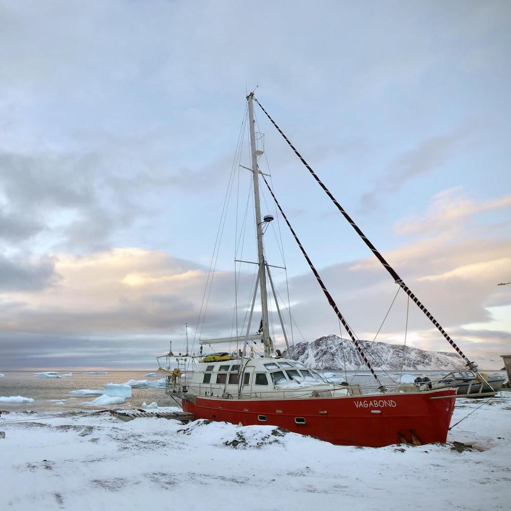 Le voilier Vagabond sur la rive enneigée de Grise Fiord.