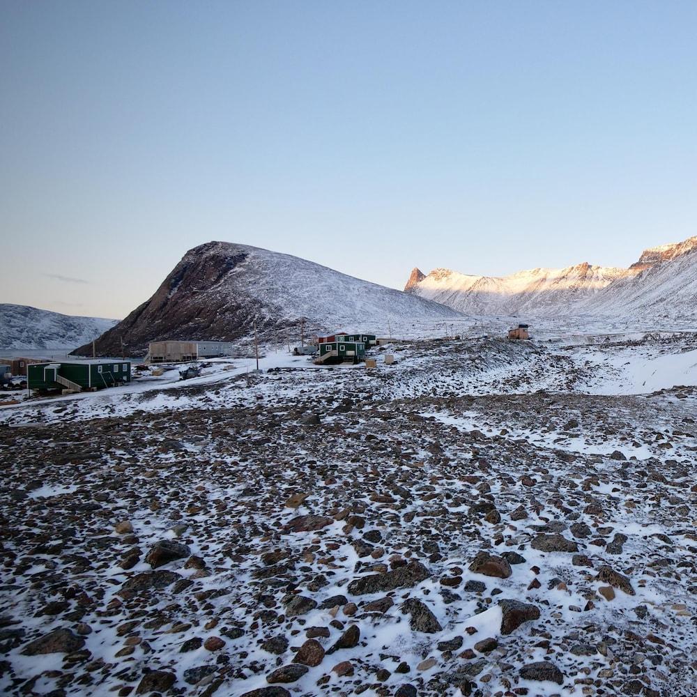 Paysage de Grise Fiord : des habitations au piémont de glaciers.