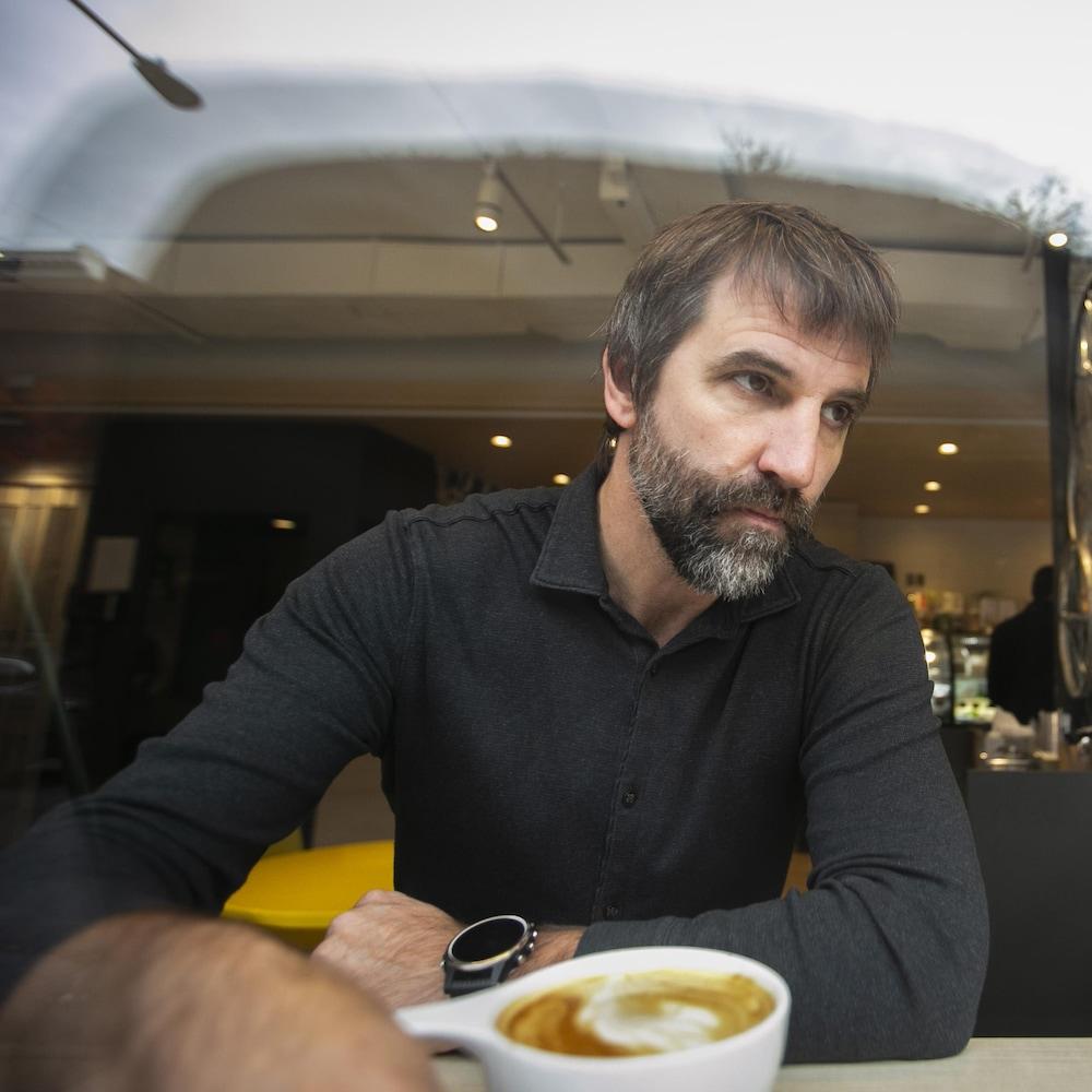 Steven Guilbeault prenant un café avec le journaliste Romain Schué.