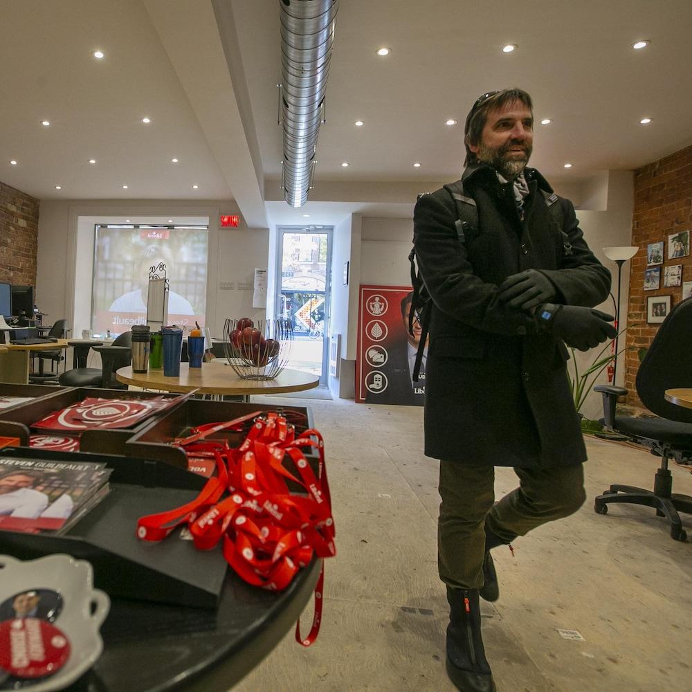 Steven Guilbeault entre dans son local de campagne à Montréal.