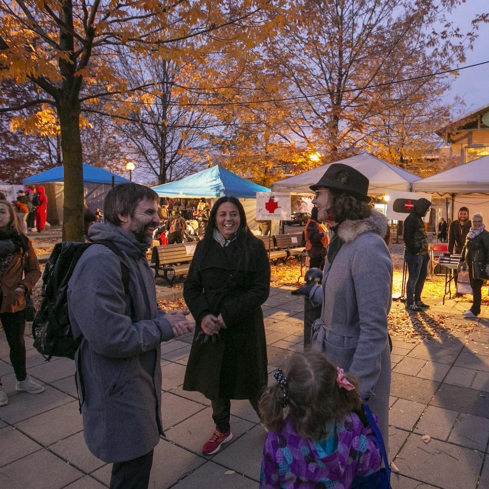 Steven Guilbeault parle avec des électeurs dans un marché public.